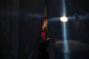 Una mujer en una cabina de votación en Donets. Foto: Reuters