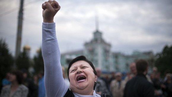 Mujer festeja el resultado de los referendos saparatistas en el este de Ucrania