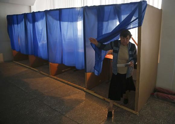 Una mujer sale de una cabina de votación en un colegio de la ciudad oriental de Slaviansk.