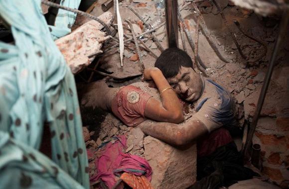 Una pareja abrazándose en las ruinas de una fábrica destruida