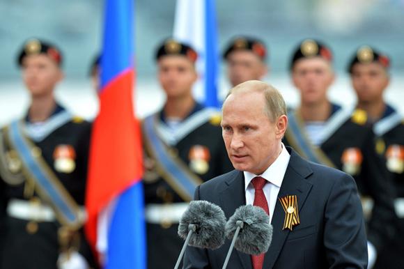 El presidente ruso, Vladimir Putin, habla durante una visita al puerto de Crimea de Sevastopol, después de haber asistido al tradicional desfile en la Plaza Roja en Moscú. Foto: AFP