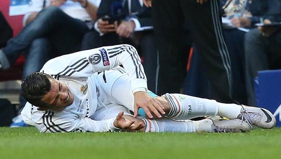 Cristiano se duele de la rodilla en la final de Champions ante el Atlético / ULY MARTÍN