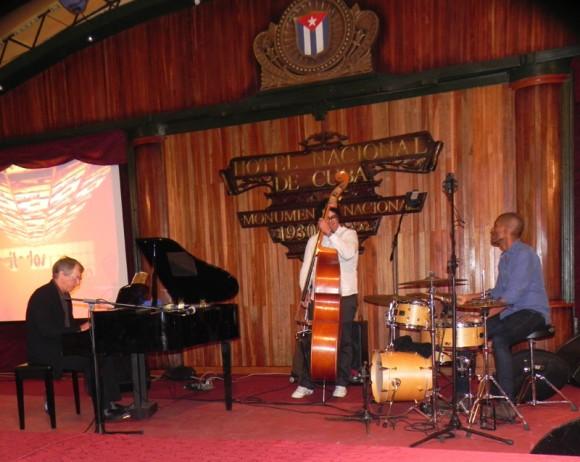 Luego de lasa premiaciones Ernán López-Nussa actuó para el público que asistió a las premiaciones de Cubadisco 2014. Foto. Marianela Dufflar/Cubadebate