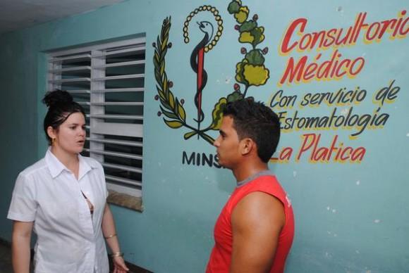 La doctora Rosario Silverillo dialoga con un paciente en el consultorio médico de La Platica, comunidad de la Sierra Maestra, la cadena montañosa más alta de Cuba, en el municipio Media Luna, de la provicnia de Granma, Cuba. 16 de mayo de 2014. Foto: Armando Ernesto CONTRERAS TAMAYO/ AIN.