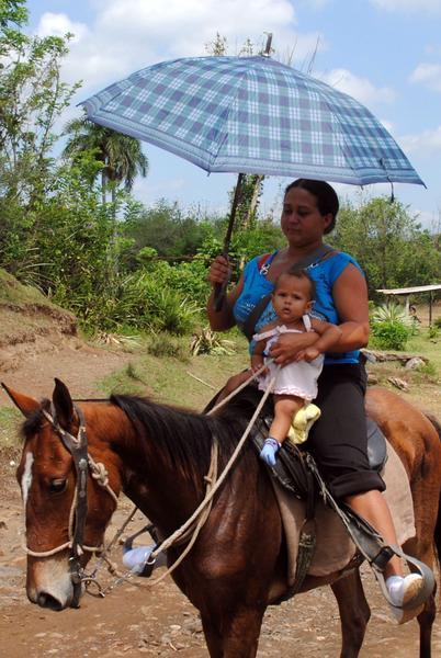Mujer a caballo, una escena típica en la Sierra Maestra, la mayor cadena montañosa del país, en Granma, Cuba, 16 de mayo de 2014.  Foto: Armando Ernesto CONTRERAS TAMAYO/ AIN
