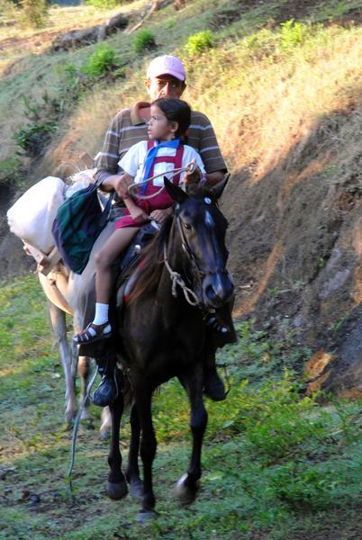 El caballo como transporte escolar, una escena típica en la Sierra Maestra, la mayor cadena montañosa del país , en Granma, Cuba, 16 de mayo de 2014.   Foto: Armando Ernesto CONTRERAS TAMAYO/ AIN