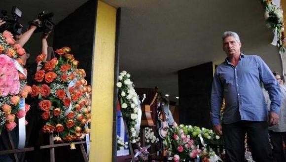 Miguel Díaz-Canel Bermúdez, Primer Vicepresidente de los Consejos de Estado y de Ministros, asiste a honras fúnebres de Juan Formell, fundador de Los Van Van y Premio Nacional de Música, en el lobby del Teatro Nacional. Foto Omara García/ AIN