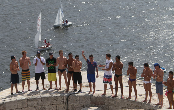 Blake Aldridge de Reino Unido ganó el Cliff Diving de la Habana saludando antes de comenzar la competencia. Foto: Ismael Francisco/Cubadebate