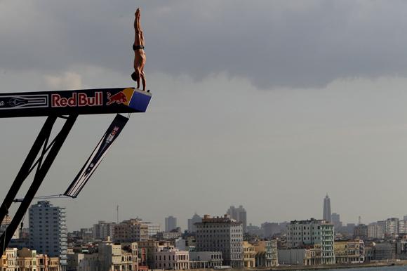 Último salto de Blake Aldridge, de Reino Unido, ganador del Cliff Diving de La Habana. Foto: Ismael Francisco/Cubadebate