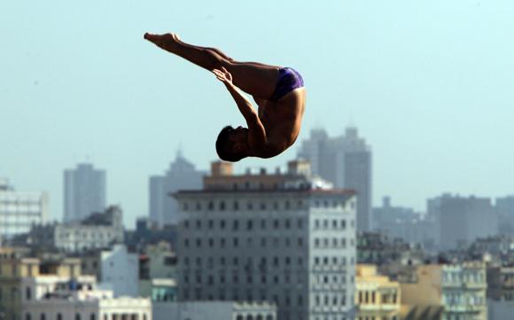 Jonathan Paredes, de México, segundo lugar  del  Cliff Diving de La Habana. Foto: Ismael Francisco/Cubadebate