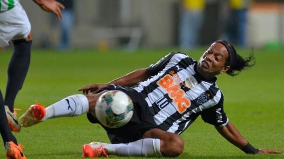 Ronaldinho, 34 años. El seleccionador brasileño Luiz Felipe Scolari dejó fuera de la lista de convocados a Ronaldinho. Aunque no está en su mejor condición física, ha demostrado en el Atlético Mineiro que le queda magia. Fue campeón en 2002 y jugó en Alemania 2006. © AFP DOUGLAS MAGNO