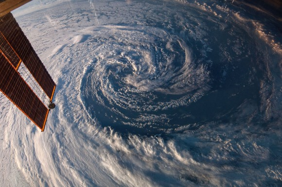 La Expedición de 39 tripulantes a bordo de la Estación Espacial Internacional utiliza una lente de 14mm en una cámara fotográfica digital para fotografiar esta tormenta pre - invierno situada justo frente a la costa del suroeste de Australia el 29 de marzo de 2014. Un panel solar de la estación orbital se encuentra en el lado izquierdo del bastidor. Foto: NASA