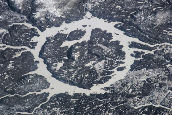 Una de las Expedición 38 tripulantes a bordo de la ISS registró esta imagen del cráter Manicouagan y el depósito se localiza principalmente en Manicouagan Municipio regional del condado de Quebec , Canadá, el 2 de enero de 2014. Los científicos creen que el cráter fue causado por el impacto de un 5 km ( 3 millas ) de diámetro asteroide hace unos 215,5 millones años ( Triásico ) . El cráter tiene una estructura de múltiples anillos alrededor de 100 km ( 60 millas) de ancho, con su anillo interior como su característica más destacada ; contiene un lago de 70 km ( 40 millas ) de diámetro anular , el Manicouagan Embalse , que rodea a una meseta de la isla interno , René - Levasseur Island. (NASA )