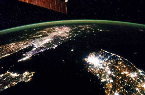 La oscuridad de Corea del Norte. Volando sobre el Este de Asia , un miembro de la tripulación Expedición 38 de la ISS tomó esta imagen nocturna de la Península de Corea , el 30 de enero de 2014. A diferencia de las imágenes de luz , luces de la ciudad en la noche ilustran dramáticamente la importancia económica relativa de las ciudades , como se mide por el tamaño relativo. En este punto de vista al norte de futuro , es obvio que una mayor Seúl , Corea del Sur , es una ciudad importante y que el puerto de Gunsan es menor en comparación. Corea del Norte (centro ) es casi completamente oscuro en comparación con la vecina Corea del Sur y China ( parte superior izquierda) . La tierra oscura aparece como si fuera un parche de agua uniéndose el Mar Amarillo hasta el Mar de Japón . La capital, Pyongyang ( centro), se presenta como una pequeña isla , a pesar de una población de 3.260.000 (en 2008 ) . La emisión de luz de Pyongyang es equivalente a las ciudades más pequeñas en Corea del Sur. Las costas son a menudo muy evidente en la noche las imágenes , como se muestra por la costa oriental de Corea del Sur. Pero la costa de Corea del Norte es difícil de detectar. Estas diferencias se ilustran en el consumo de energía per cápita en ambos países, con Corea del Sur en 10.162 kilovatios hora y Corea del Norte en 739 kilovatios hora . (NASA)
