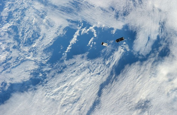 Un conjunto de CubeSats NanoRacks es fotografiada por un miembro de la tripulación Expedición 38 después de la implementación de la NanoRacks Lanzador unido al extremo del brazo robótico japonés el 25 de febrero de 2014. El programa CubeSats contiene una variedad de experimentos tales como observaciones de la Tierra y avanzados prueba electrónica. Una parte azul y blanco de la Tierra sirve de fondo a la escena. (NASA )
