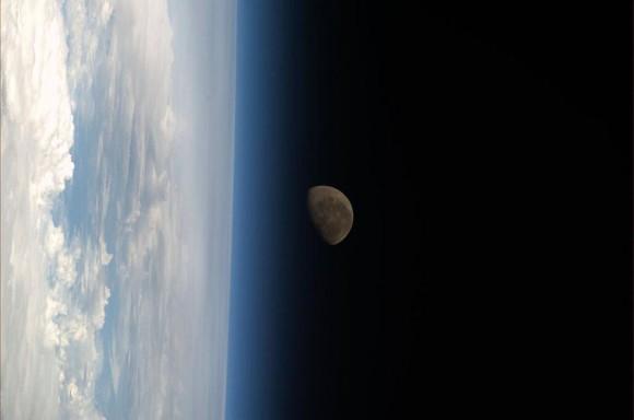 La luna , por encima de la extremidad de la Tierra, vista desde la ISS el 21 de febrero de 2014. ( Koichi Wakata / NASA)