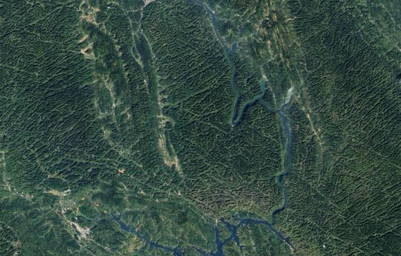 La operativa Land Imager en el satélite Landsat 8 tomó esta imagen de montañas de piedra caliza en China el 8 de octubre de 2013. La imagen muestra parte de la provincia de Guangxi, en el sureste de China , un excelente ejemplo de la geología kárstica . (Robert Simmon / USGS Earth Explorer )