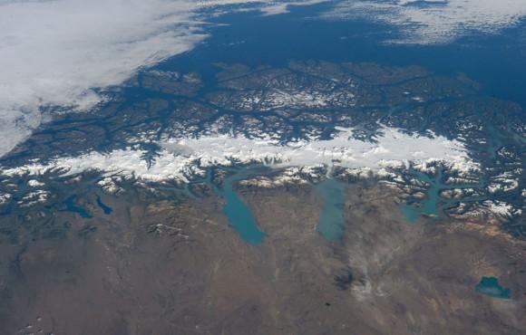 Un panorama de la Patagonia Sur Campo de Hielo fue fotografiada por un miembro de la tripulación Expedición 38 a la ISS en uno de los días claros raras en el sur de las montañas de los Andes , 13 de febrero de 2014. Con una superficie de 13.000 kilómetros cuadrados, el campo de hielo es el más grande capa de hielo templado en el hemisferio sur. Las tormentas que se arremolinan en la región del Océano Pacífico sur (arriba) traer la lluvia y la nieve (equivalente a un total de 11.2 metros de lluvia al año ) que resulta en la acumulación de la capa de hielo que se muestra aquí . (NASA )
