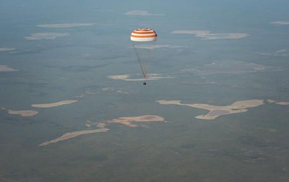La nave espacial Soyuz TMA- 11M se desplaza hacia la Tierra con la Expedición 39 Comandante Koichi Wakata de la Agencia de Exploración Aeroespacial de Japón (JAXA ) , Soyuz Comandante Mikhail Tyurin de Roscosmos , y el ingeniero de vuelo Rick Mastracchio de la NASA, cerca de la ciudad de Zhezkazgan , Kazakhstan el 14 de mayo , 2014 . Wakata , Tyurin y Mastracchio regresaron a la Tierra después de más de seis meses a bordo de la ISS. (NASA / Bill Ingalls )