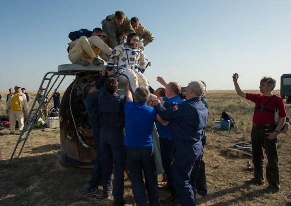 Expedición 39 Comandante Koichi Wakata se ayudó de la Soyuz Cápsula sólo minutos después de que él y Soyuz Comandante Mikhail Tyurin , y Rick Mastracchio de la NASA, aterrizó en su nave espacial Soyuz TMA- 11M , en Kazajstán , el 14 de mayo de 2014. (NASA / Bill Ingalls )