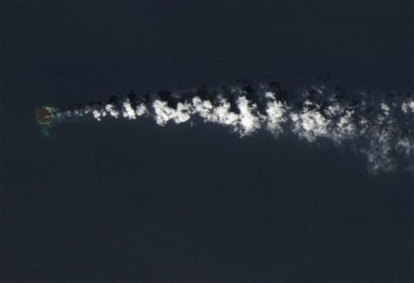 El 30 de marzo de 2014, la Tierra Imager operacional del satélite Landsat 8 capturó esta imagen de Nishino -shima , que se encuentra unos 1.000 km ( 600 millas ) al sur de Tokio, en la cadena de las Islas Ogasawara ( Bonin ) . Cuatro meses antes, una nueva isla volcánica surgió a sólo 500 metros de la costa de Nishino -shima , y ahora los dos se han fusionado en una sola isla . ( Imagen del Observatorio Terrestre de la NASA por Jesse Allen y Robert Simmon , usando datos de Landsat de la exploración de la Tierra USGS)