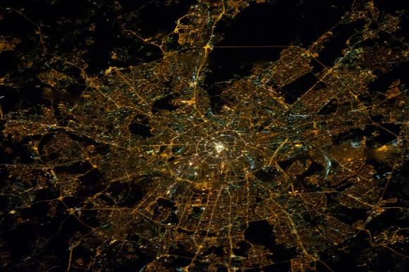 La forma de araña de Moscú, Rusia, ocupa la mayor parte de esta imagen fotografiada por la noche las Expedición 38 miembros de la tripulación a bordo de la ISS el 29 de enero de 2014. El puesto de avanzada orbital estaba a una altitud de cerca de 240 millas ( 386 kilometros ) cuando un miembro de la tripulación registró esta imagen . (NASA )