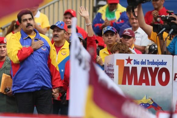 """La marcha de hoy """"es la mayor demostración de qué lado está la mayoría del pueblo y la clase obrera, la clase obrera que quiere revolución"""", dijo Maduro al llegar a la Plaza 0′Leary, de Caracas, punto final de la concentración chavista en conmemoración al Día del Trabajador. Foto: Prensa Presidencial/ Venezuela"""