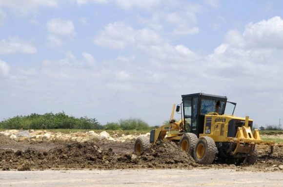 Equipos realizan movimiento de tierra, para el trazado de la vía férrea del ferrocarril que unirá la Terminal de Contenedores del Mariel y La Habana, en la provincia de Artemisa, Cuba, el 23 de mayo de 2014. AIN FOTO/Roberto MOREJÓN RODRÍGUEZ
