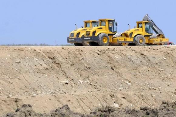 Equipos compactan el terraplén, para la vía férrea del ferrocarril que unirá la Terminal de Contenedores del Mariel y La Habana, en la provincia de Artemisa, Cuba, el 23 de mayo de 2014.  AIN FOTO/Roberto MOREJÓN RODRÍGUEZ