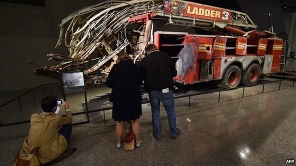 Los visitantes pueden ver los restos de un camión de los bomberos destruido. Foto AFP