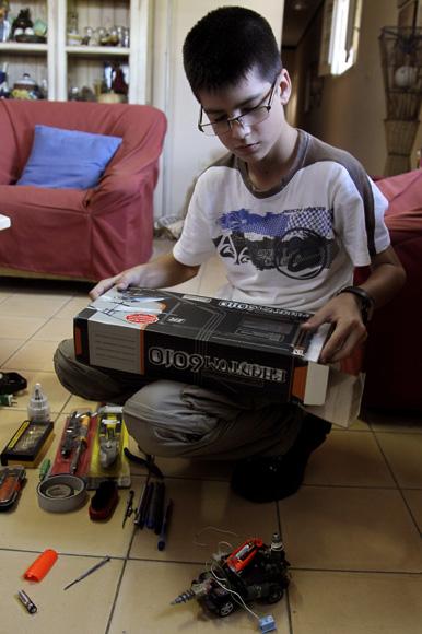 Rodrigo y sus herramientas. Foto: Ladyrene Pérez/Cubadebate.