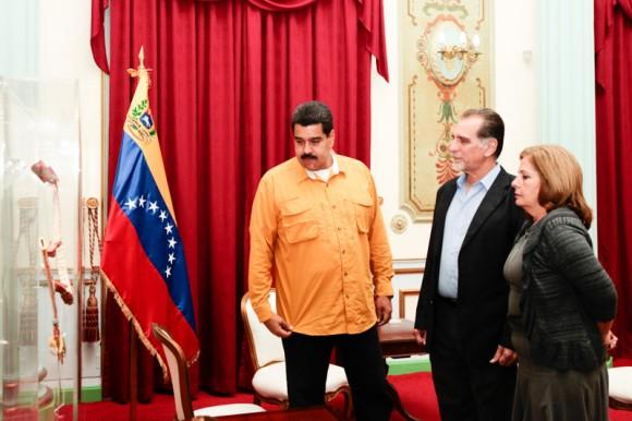 """Nicolás Maduro entrega orden """"Francisco de Miranda"""" a René González"""