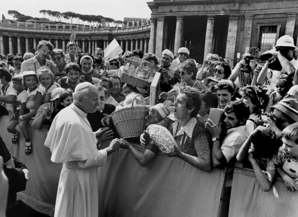 El Papa Juan Pablo II visita la Plaza de San Pedro en Roma, 1983. Foto: Getty