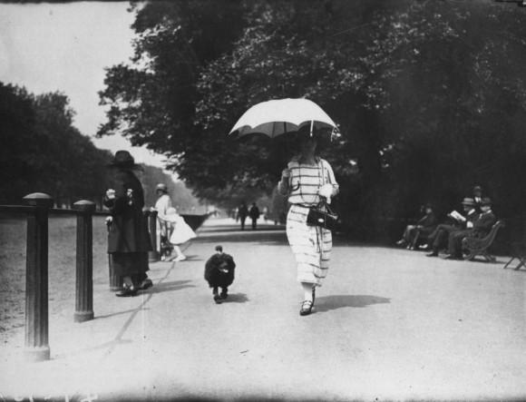 Una mujer pasea a su perro, 1923. Foto: Getty