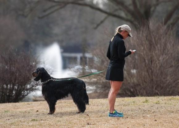 Una mujer pasea a su perro, 2014. Foto: Getty