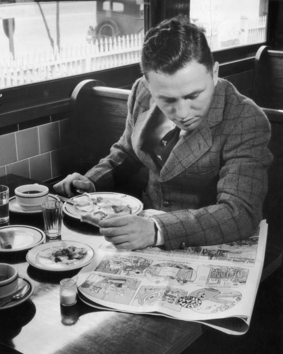 Un hombre cena solo, 1959. Foto: Getty
