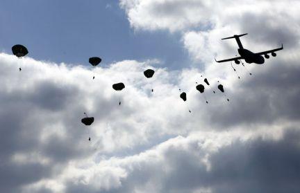 Un centenar de paracaidistas militares de Estados Unidos y Canadá participan en ejercicios conjuntos con tropas polacas en el desierto de Beldów (sur de Polonia), como parte de las maniobras que la OTAN desarrolla en países fronterizos con Ucrania. En la imagen, tropas de los Estados Unidos se lanzan en paracaídas durante una maniobra. Foto: KACPER PEMPEL/ REUTERS