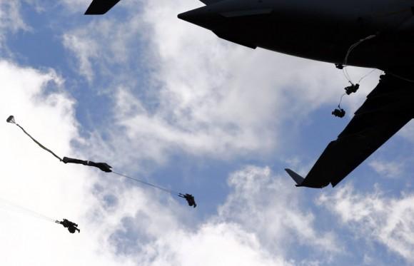"""Las tropas norteamericanas se entrenan junto con la sexta brigada Aerotransportada de Polonia en un """"esfuerzo"""" para asegurar a los aliados su """"compromiso con la región"""", expresó el coronel Steve Warren, portavoz del Pentágono de Estados Unidos. En la imagen, un soldado de los Estados Unidos tras lanzarse en paracaídas cerca de Olkusz (Polonia). Foto: KACPER PEMPEL (REUTERS)"""