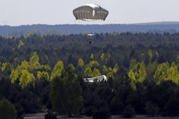 En la imagen, tropas de los Estados Unidos se lanzan en paracaídas durante un ejercicio militar en Olkusz (Polonia). Foto: KACPER PEMPEL (REUTERS)