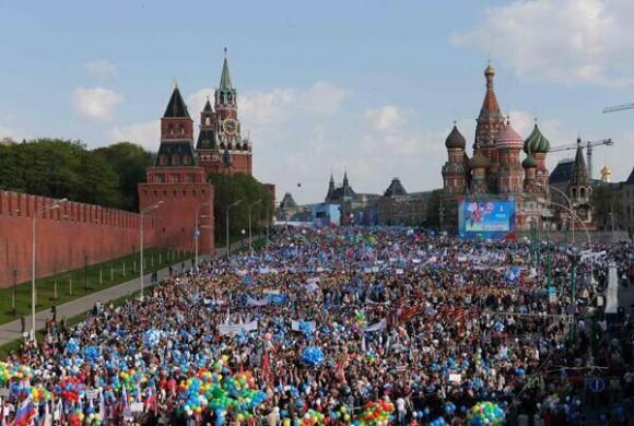 Cien mil trabajadores en la Plaza Roja de Moscú.