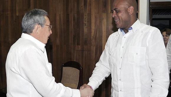 raul castro y michel martelly presidente de Haiti copia
