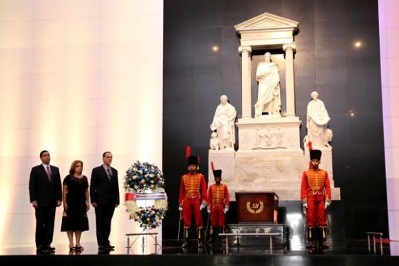 Homenaje René González al Libertador Simón Bolívar. Panteón Nacional, Caracas. Foto AVN.
