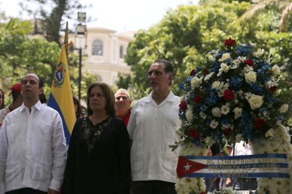 René González coloca ofranda floral frente a la estátua del libertador. Plaza Bolivar, Caracas. Foto AVN.