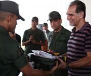 Recorrido de René González por la Academia Militar del Ejército Bolivariano