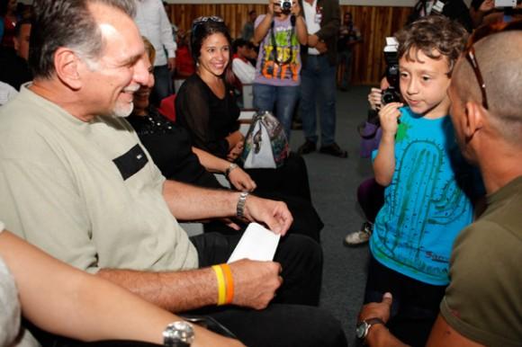 Visita del héroe cubano René González al 23 de Enero