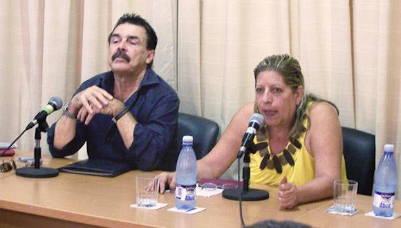 Rolando Pérez Betancourt y la escritora cubana Marilyn Bobes en un debate en el Centro Dulce María Loynaz, de La Habana. Foto: Cubarte.