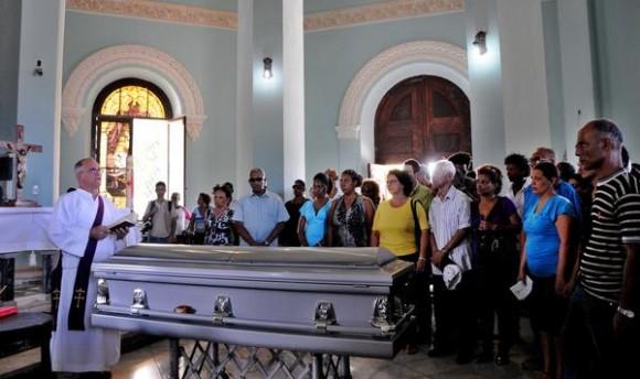 El féretro donde reposan los restos del declamador cubano Luis Carbonell, el Acuarelista de la Poesía Antillana, es escoltado por familiares y amigos en la capilla mayor del cementerio Cristóbal Colón, durante su sepelio, en La Habana, Cuba, el 24 de mayo de 2014.  AIN FOTO/Omara GARCÍA MEDEROS/sdl