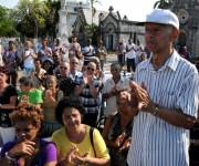 Luis Carbonell, el Acuarelista de la Poesía Antillana, recibe una ovación, antes de ser sepultado en el cementerio Cristóbal Colón, de La Habana, Cuba, el de mayo de 2014.  AIN FOTO/Omara GARCÍA MEDEROS/sdl