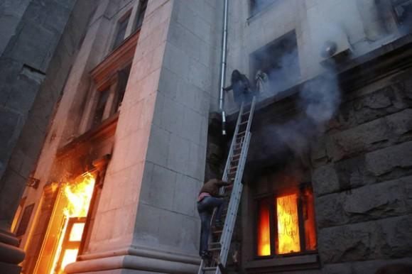 Un incendio ayer en la central sindical culminó con varios muertos, quienes saltaron al vacio para huir del fuego. Foto: Reuters