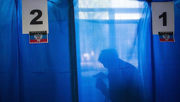 Votante del referéndum en Ucrania. Foto: EFE